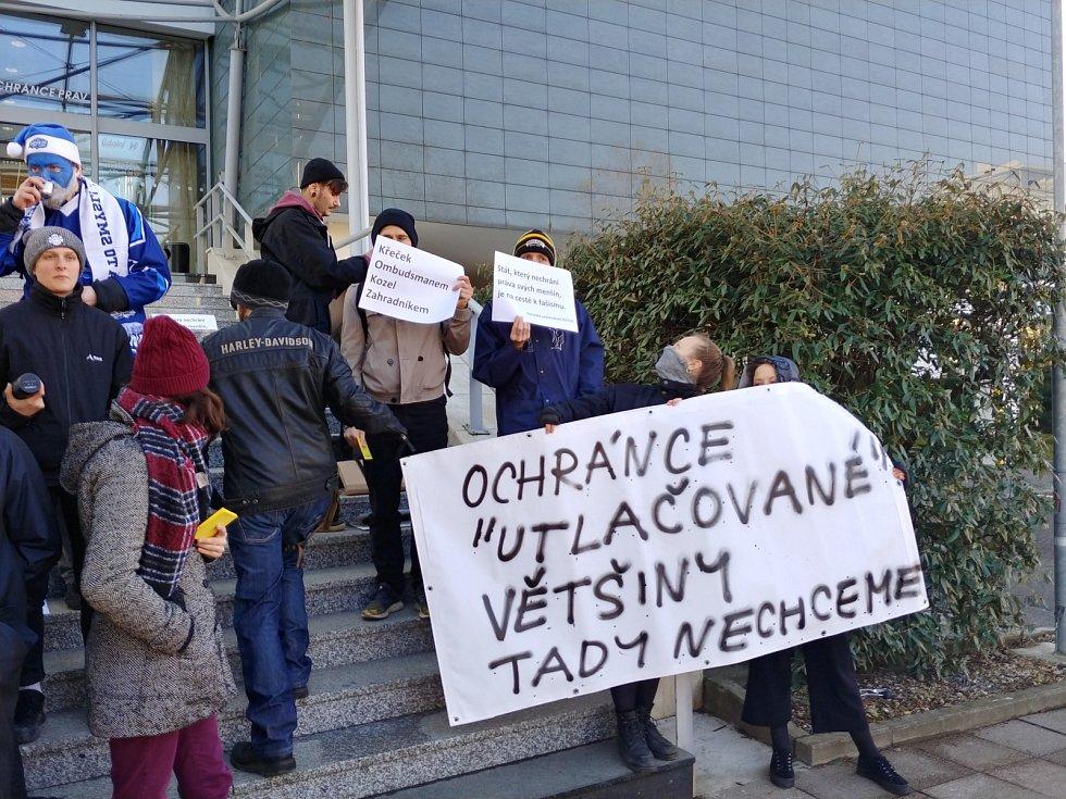 Volbu ombudsmana Stanislava Křečka provázely protesty