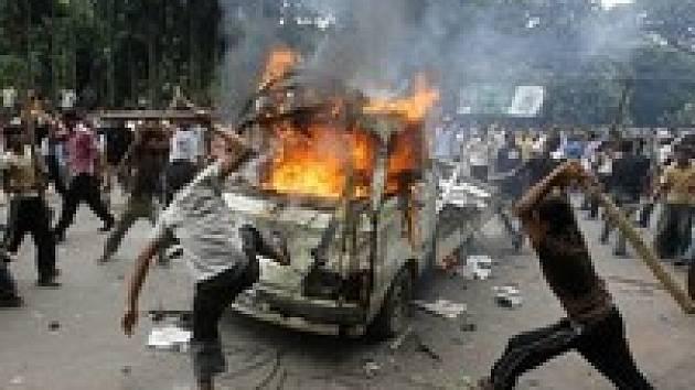 V ulicích jsou demolovány automobily, protestující hází kameny, na což armáda odpovídá střelbou z plynových pistolí.