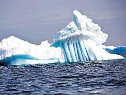V Antarktidě tají miliardy tun ledu a ledovce následně putují v moři kolem jižní polokoule.