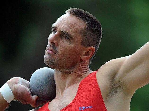 Kouli poslal světový rekordman Roman Šebrle při svém prvním startu v sezoně do vzdálenosti 14,60 metrů.