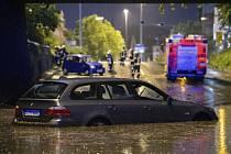 Automobil stojí v podjezdu zaplaveném vodou po bouři, která se přehnala nad Stuttgartem
