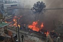 Hasiči bojují v chilském přístavním městě Valparaíso s rozsáhlým požárem, který podle úřadů připravil o život 12 lidí a přinutil 10.000 osob k evakuaci.