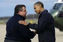 Prezident USA Barack Obama s republikánským guvernérem státu New Jersey Chris Christie.