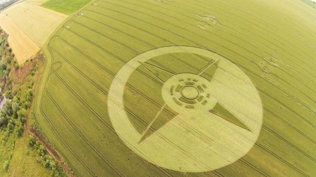 Policie pátrá po lidech, kteří v obilí u Boskovic vytvořili kruh na 6000 metrech čtverečních. Obrazec vznikl v noci na sobotu 28. června.