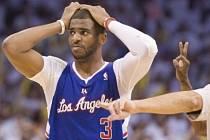 Šest vteřín před koncem odpískali rozhodčí Chrisu Paulovi (na snímku) faul na Russella Westbrooka střílejícího za tři body