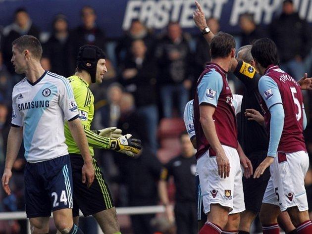 Brankář Chelsea Petr Čech (druhý zleva) dostal proti West Hamu žlutou kartu.