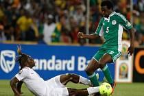 Efe Ambrose z Nigérie (vpravo) a Paul Koulibaly z Burkiny Faso ve finále mistrovství Afriky.