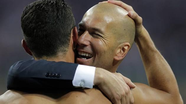 Trenér Realu Madrid Zidédine Zidane (vpravo) objímá svého hrdinu Cristiana Ronalda.