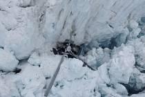 Trosky vrtulníku, který havaroval na novozélandském ledovci.