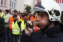 Před budovou ministerstva vnitra, v ulici Nad Štolou se konalla 1. října demonstrace příslušníků Policie ČR a hasičů za nespokojenost s růstem mezd, snižováním reálných platů a s vedením bezpečnostních složek