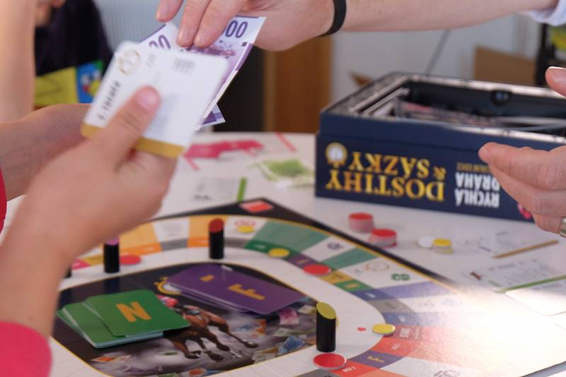 Hraní deskových her pomáhá u dětí rozvíjet inteligenci, představivost, logické myšlení, vzdělává je.