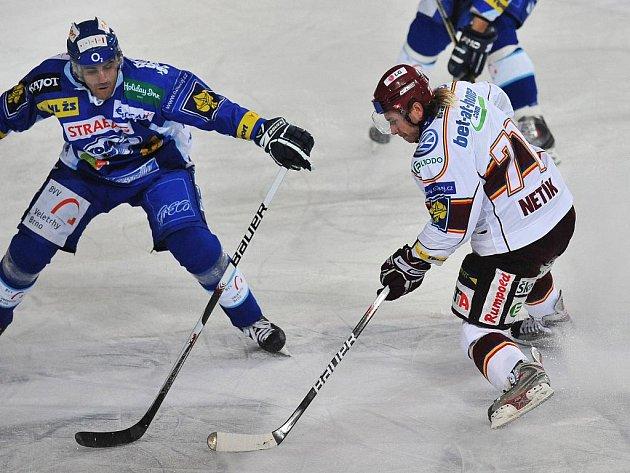 Sparťan Netík otevírá rychlým švihem skóre duelu s Brnem. Byl to jeho 99. gól v extralize.
