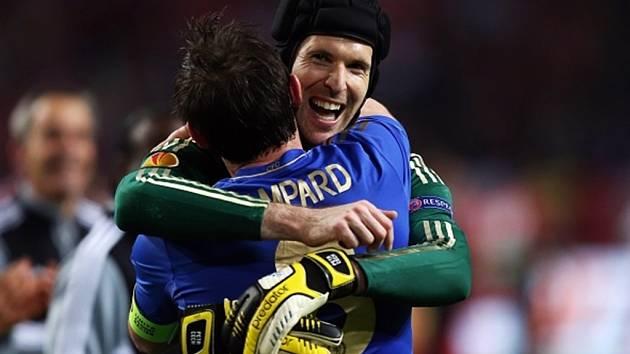 Petr Čech se raduje z triumfu v Evropské lize s kapitánem Chelsea Lampardem.