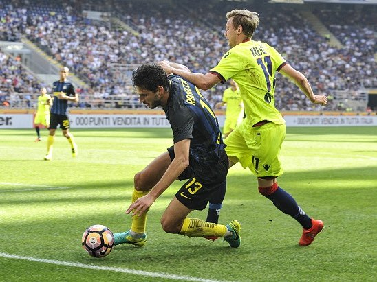 Ladislav Krejčí (ve žlutém) odehrál za Boloňu na hřišti Interu Milán celý zápas