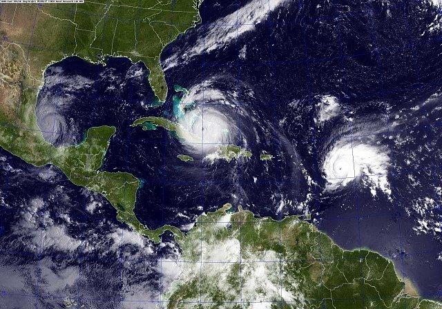 Cyklony Irma a rozsahem menší José.
