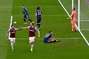 Jesse Lingard a Tomáš Souček a jejich radost z gólu do sítě Arsenalu