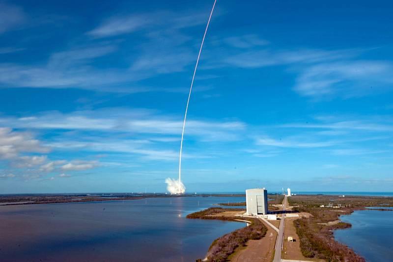 Start rakety Falcon Heavy. Dva stupně přistály zpět na základně na Floridě, třetí se zřítil do moře.
