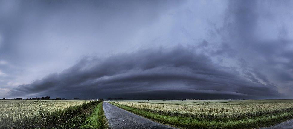 Lovec bouřek Filip Petržílek fotografuje za extrémního počasí nejen blesky.  Snímky ze čtvrtka 8.7.2021.