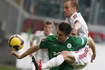 Michal Kadlec v dresu Leverkusenu v souboji s Zvjezdan Misimovičem z Wolfsburgu.