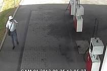 Kriminalisté pátrají po muži, kterého podezírají ze sedmi loupeží. Podle policistů od loňského prosince přepadal zejména čerpací stanice, jednou loupil v herně a jednou se zmocnil vozu taxislužby.