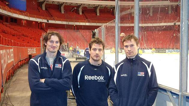 Pardubičtí mušketýři (zleva) Jan Kolář, Petr Koukal a Petr Průcha se ve Stockholmu sešli v dresu české reprezentace.