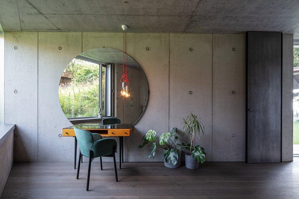 Designér Radek Leskovjan proměnil bývalou stodolu ve svůj ateliér a místo pro bydlení. Pomohl mu s tím architekt Kamil Mrva.