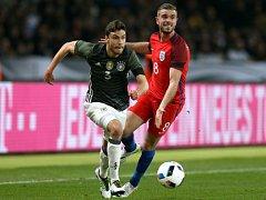 Německo - Anglie: Jonas Hector a Jordan Henderson