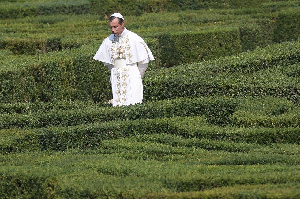 Jude Law v seriálu Mladý papež.