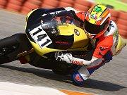 K motocyklovým závodům patří i krásné dívky. Momentka ze startovního roštu v Portugalsku.