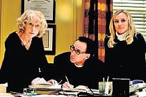 MEZI DVĚMA ŽENAMI. Nicolas Cage jako Ben s nekompromisní matkou (Helen Mirrenová) a exmanželkou Abigail (Diana Krugerová).