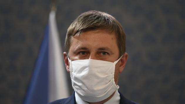 Tomáš Petříček v roušce