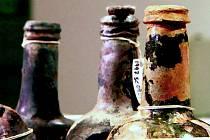 Pivní lahve, které archeologové vytáhli z vraku lodi Sydney Cove. Ta ztroskotala v roce 1797 u Tasmánie.