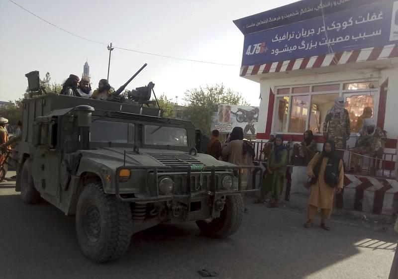Bojovníci Tálibánu ve městě Kunduz v severním Afghánistánu 9. srpna 2021
