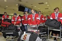Stříbrná hokejová osmnáctka se vrátila z mistrovství světa domů.