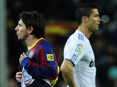 Fotbaloví králové Lionel Messi (vlevo) a Ronadlo.