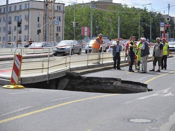 V Praze Dejvicích se 8. července před polednem v křižovatce ulic Evropská a Horoměřická propadla silnice, čtyřmetrový propad je pět metrů hluboký. Nikdo nebyl zraněn. Policie komunikaci uzavřela a odklonila dopravu.