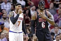 LeBron James (vpravo) a Carmelo Anthony