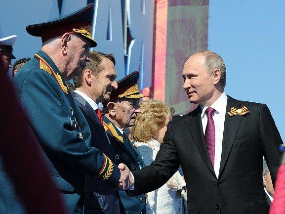 Stovky tisíc Rusů v čele s prezidentem Vladimirem Putinem dnes odpoledne prošly přes Rudé náměstí v centru Moskvy, na kterém se o několik hodin dříve konala slavnostní vojenská přehlídka k 71. výročí konce druhé světové války.