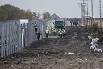 Maďarsko staví na hranicích se Srbskem plot proti migrantům.