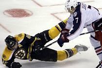 Jack Johnson (Columbus Blue Jackets) a David Krejčí (Boston Bruins).