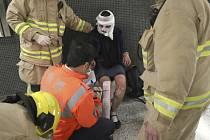 Nejméně 17 lidí utrpělo zranění, když se ve voze metra v Hongkongu pomocí takzvaného Molotovova koktejlu za jízdy zapálil jeden z cestujících.