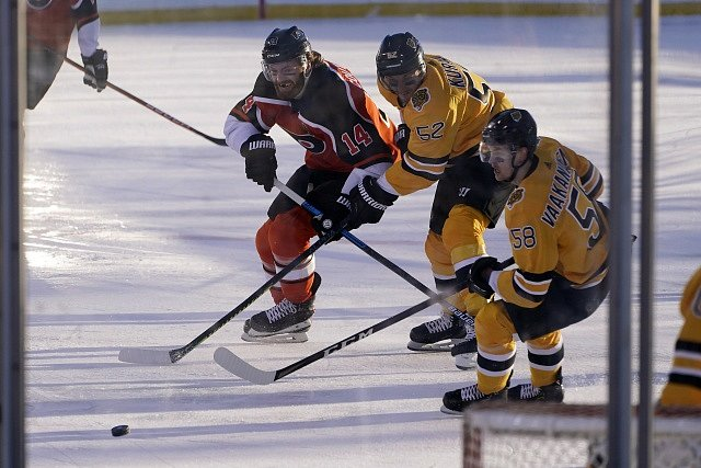 Zápas NHL pod širým nebem na břehu jezera Tahoe mezi Bostonem (ve žlutém) a Philadephií.