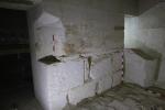 Chuwyho pohřební komora, v jejímž jihovýchodním roku se dochovala malá část jinak zcela rozbitého sarkofágu