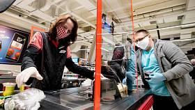 Pokladní v obchodech hrání před koronavirem plexisklo