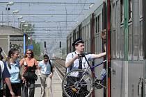 Průvodčí pomáhá nakládat kolo do vlaku na trati Brno - Břeclav