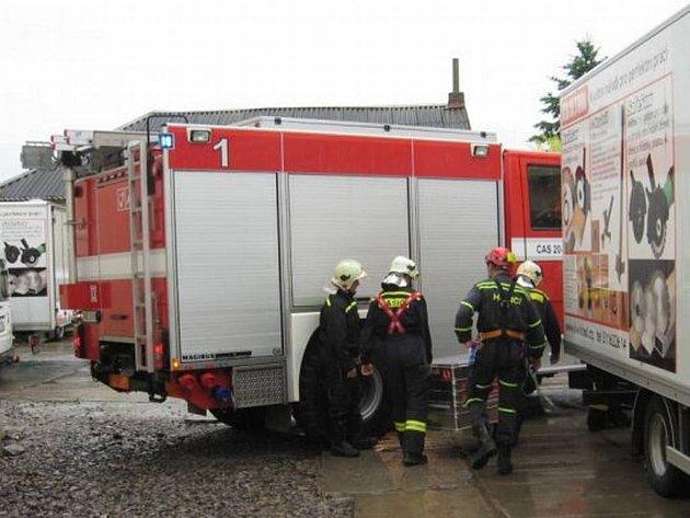 Dělník se zabil pádem do šachty. Jeho tělo vyprošťovali hasiči.