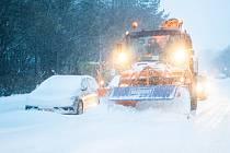 Sněžný pluh čistí silnici v Německu
