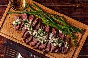 hovězí steak s chřestem a pikantní omáčkou