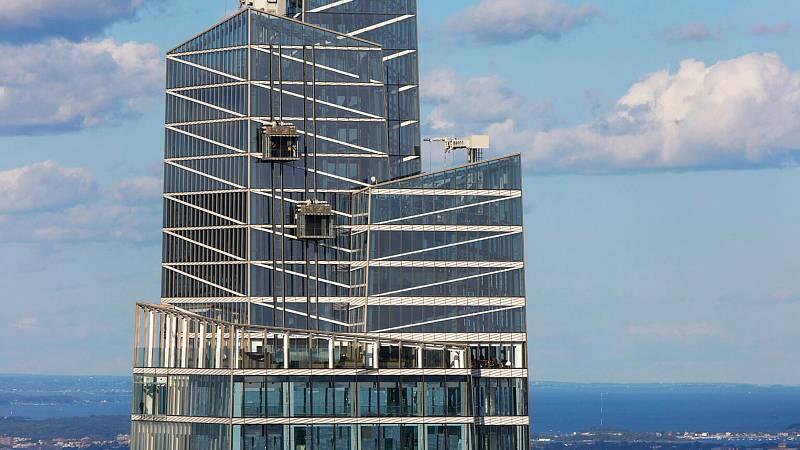 Mrakodrap One Vanderbilt v New Yorku nově nabídne jedinečnou vyhlídku na město. Lidé si pohled na New York vychutnají ze skleněných vyhlídkových boxů - průhledné jsou nejen zdi, ale i podlaha. Zájemce k nim doveze rovněž skleněný výtah, umístěný zvenčí vě