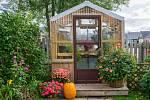 U dřevěných konstrukcí skleníků je použitelný také trámový základ s vydlabanými otvory pro příčle a kostru skleníku, připevněný na rovném betonovém podkladu.